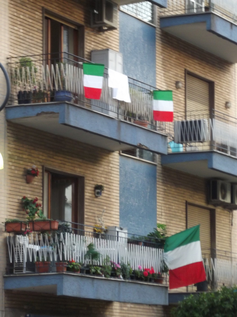Milan apartment - Italian flags on apartments
